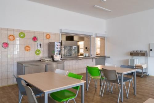 Interiér školní jídelny - výdejní okénka